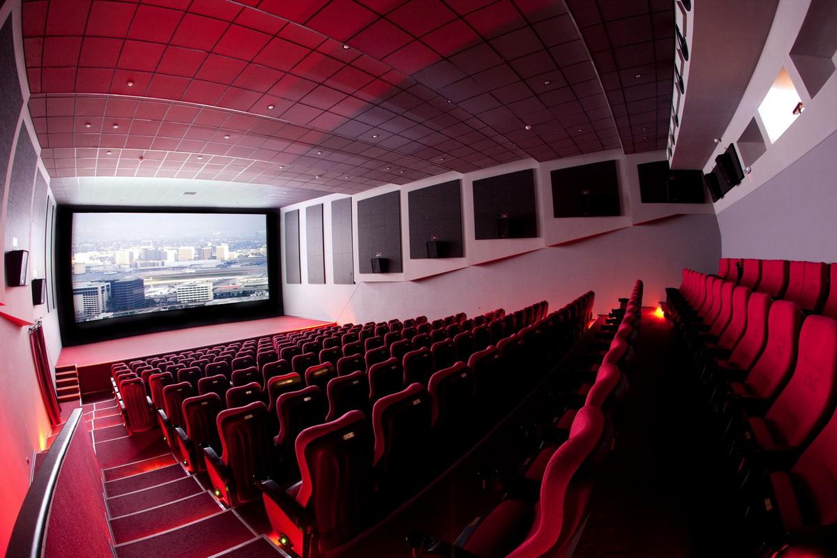 Как помочь незрячему ребёнку сесть на сиденье в театре, кинотеатре?
